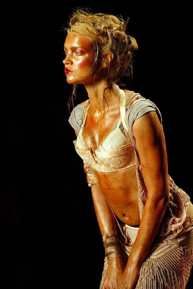 Modelka Natalia Vodianova podczas pokazu kolekcji John Galliano w Paryżu.