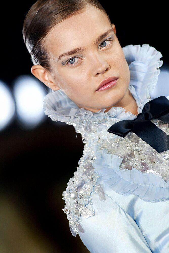 Modelka Natalia Vodianova podczas pokazu kolekcji Karl Lagerfeld w Paryżu.