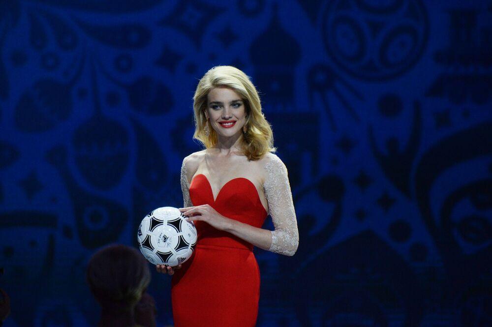 Modelka Natalia Vodianova podczas ceremonii wstępnego losowania Mistrzostw Świata w Piłce Nożnej 2018 w Pałacu Konstantynowskim w Strielnie.