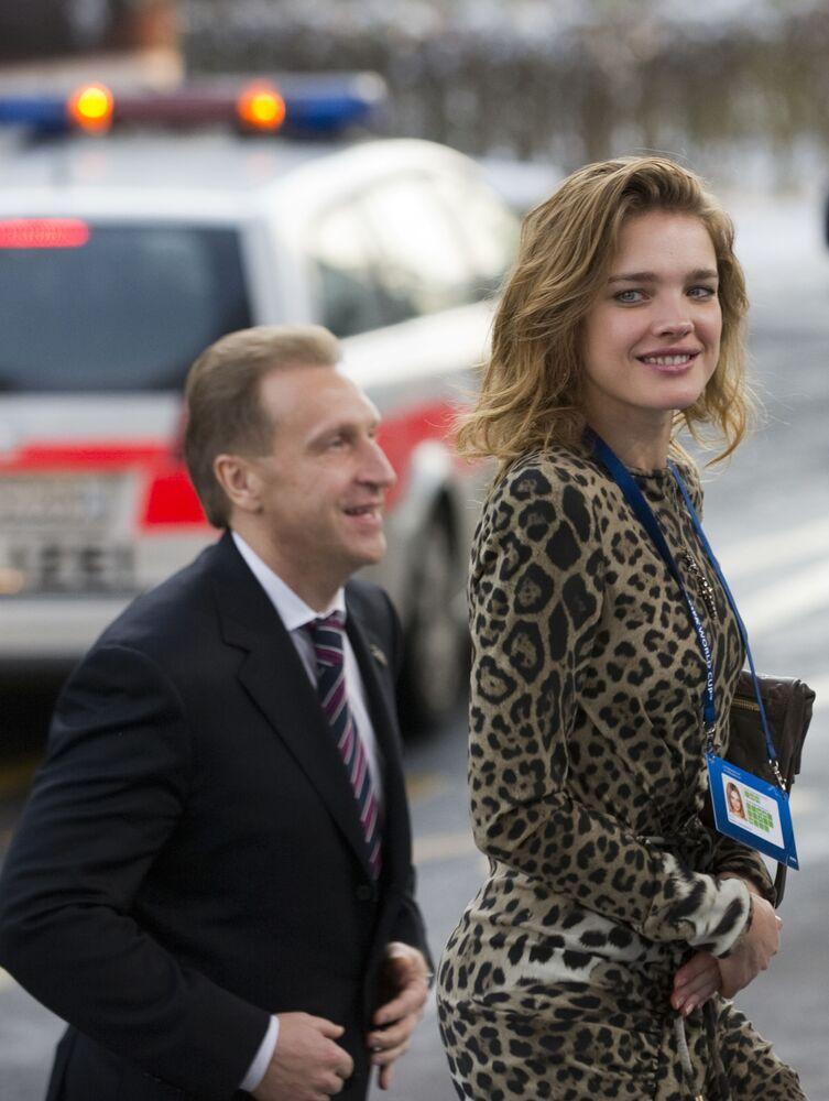 Pierwszy wicepremier Rosji Igor Szuwałow i modelka Natalia Vodianova przybyli w składzie rosyjskiej delegacji do centrum wystawowego Messe Zürich.