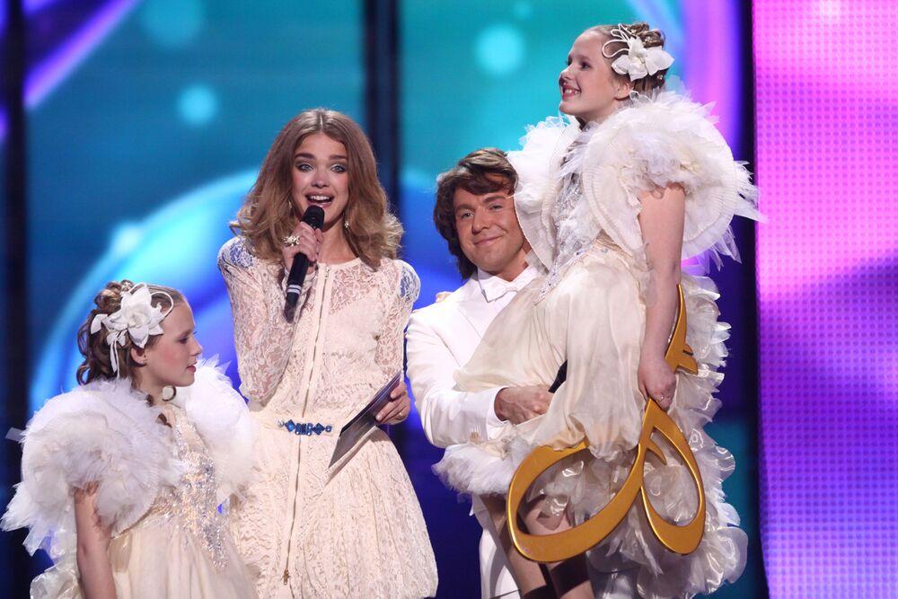 Natalia Vodianova i rosyjski prezenter Andriej Małachow podczas Konkursu Piosenki Eurowizji dla Dzieci.