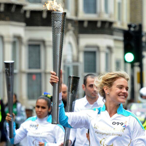 Ambasadorka Igrzysk Olimpijskich 2014 modelka Natalia Vodianova bierze udział w sztafecie ze zniczem olimpijskim Igrzysk Paraolimpijskich 2012 w Londynie. - Sputnik Polska
