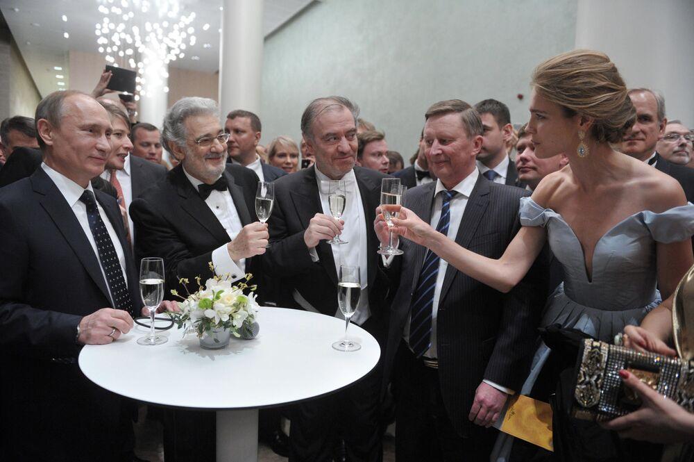 Prezydent Rosji Władimir Putin, hiszpański śpiewak operowy Placido Domingo, dyrygent Walerij Giergijew, szef prezydenckiej administracji Siergiej Iwanow i modelka Natalia Vodianova w Teatrze Maryjskim.