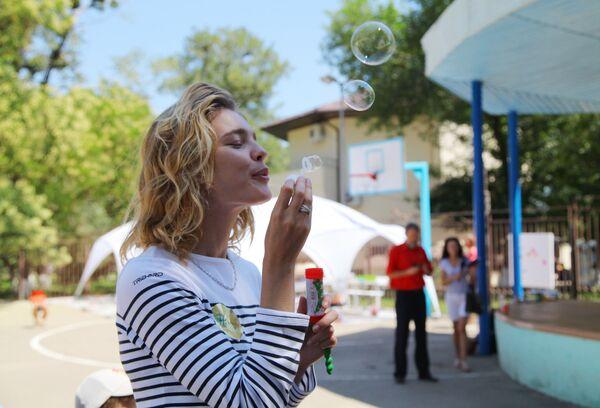Modelka, założycielka fundacji Naked Heart Natalia Vodianova podczas otwarcia placu zabaw w ramach jej wizyty charytatywnej w Krymsku. - Sputnik Polska