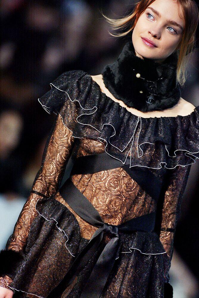 Modelka Natalia Vodianova podczas pokazu nowej kolekcji Chanel w Paryżu.