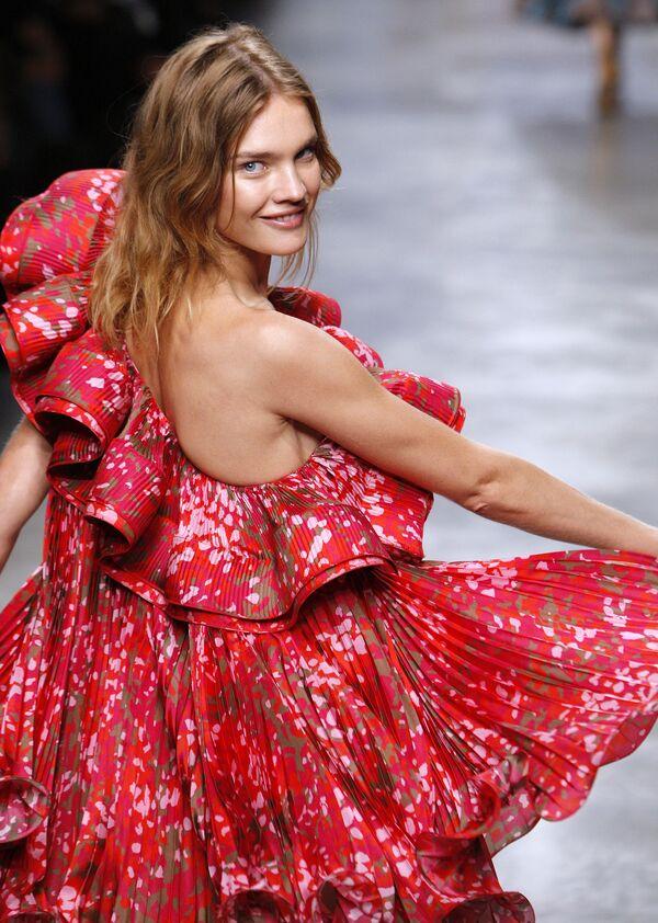 Modelka Natalia Vodianova podczas pokazu nowej kolekcji Stella McCartney w Paryżu. - Sputnik Polska