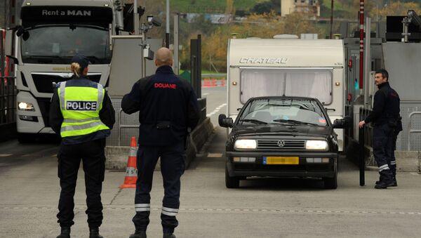 Francuska policja w punkcie kontrolnym na granicy Francji i Hiszpanii - Sputnik Polska