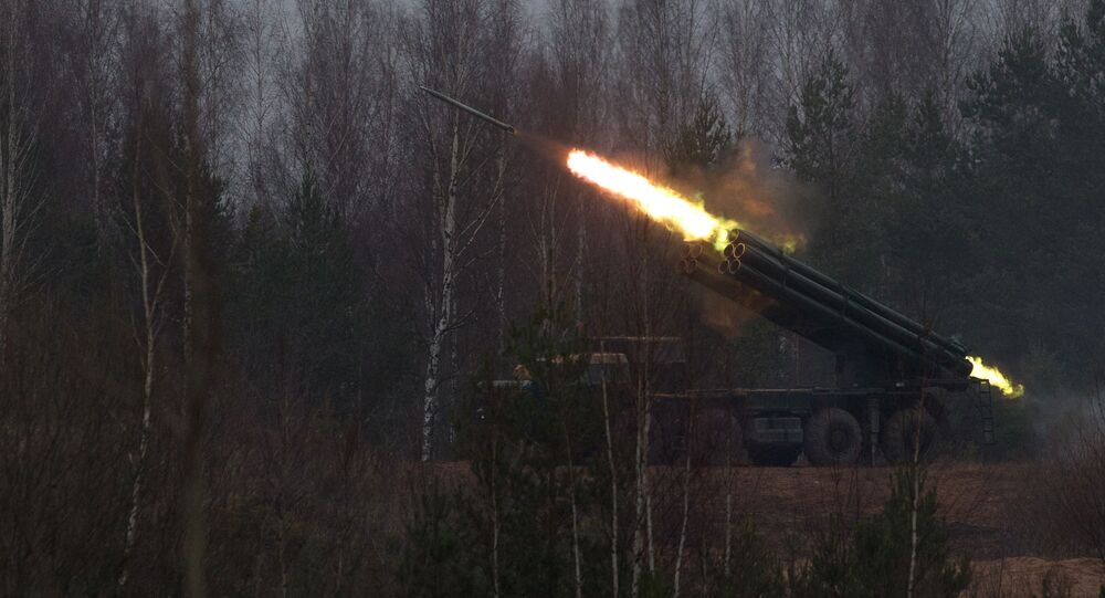"""System artylerii rakietowej """"Smiercz"""" podczas strzałów bojowych w obwodzie leningradzkim"""