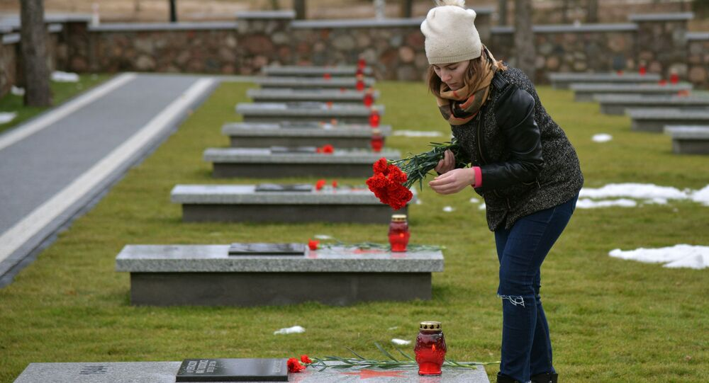 Cmentarz żołnierzy Armii Czerwonej odbudowany po zbezczeszczeniu przez wandali w Milejczycach w Polsce