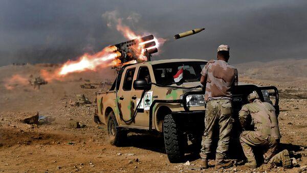 Wystrzał z wyrzutni rakiet w terrorystów Daesh w rejonie Mosulu, Irak - Sputnik Polska