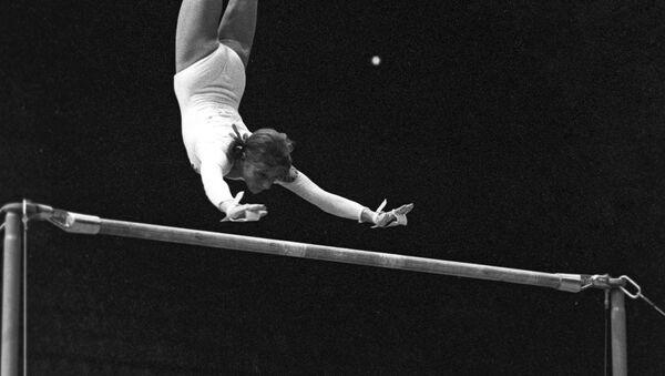 Gimnastyczka Olga Korbut wykonuje tzw. pętlę Korbut - Sputnik Polska