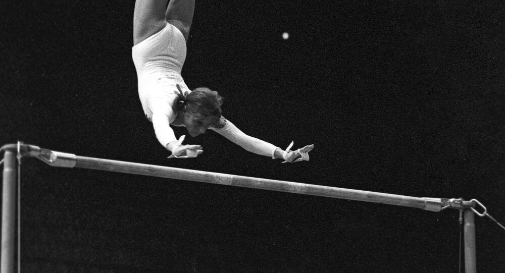Gimnastyczka Olga Korbut wykonuje tzw. pętlę Korbut