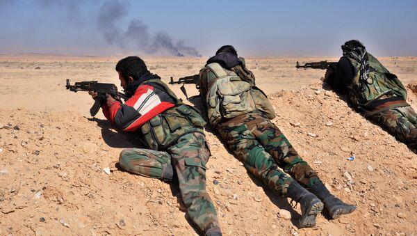 Syryjscy żołnierze prowadzą ostrzał pozycji PI na zachód od Palmiry - Sputnik Polska