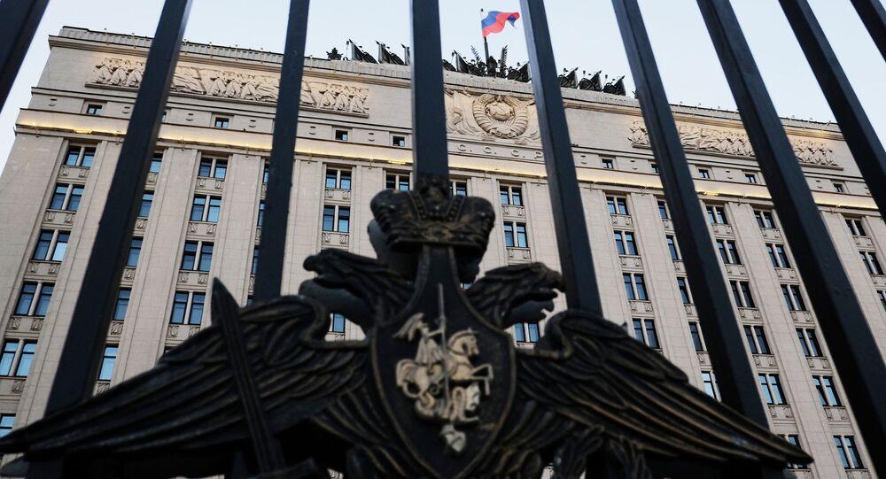 Herb na ogrodzeniu budynku Ministerstwa Obrony w Moskwie