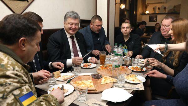 Prezydent Ukrainy Petro Poroszenko w restauracji w Dnieprze - Sputnik Polska