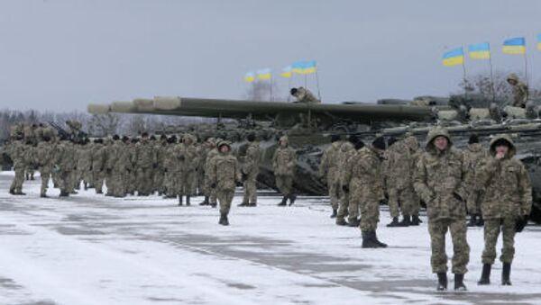 Ukraińscy żołnierze stoją w pobliżu pojazdów opancerzonych - Sputnik Polska