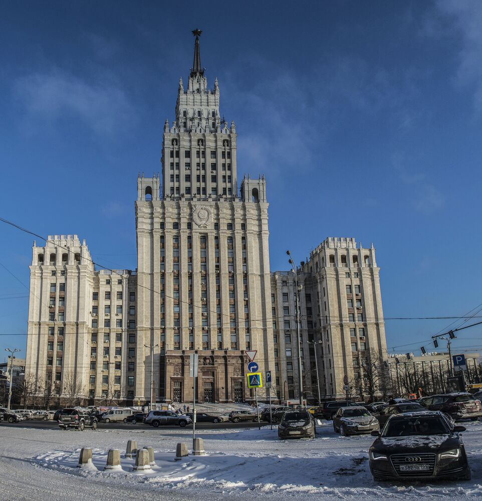 Budowa wieżowca na placu Krasyje Worota trwała w latach 1949-1953. W budynku mieściły się biura administracyjne, a także mieszkania pracowników Ministerstwa Kolei, zasłużonych lekarzy i nauczycieli. Naprzeciwko wieżowca znajdują się skwer imienia Michaiła Lermontowa i pomnik tego znanego rosyjskiego poety epoki romantyzmu. Poeta urodził się w domu, który stał w miejscu powstania wieżowca.