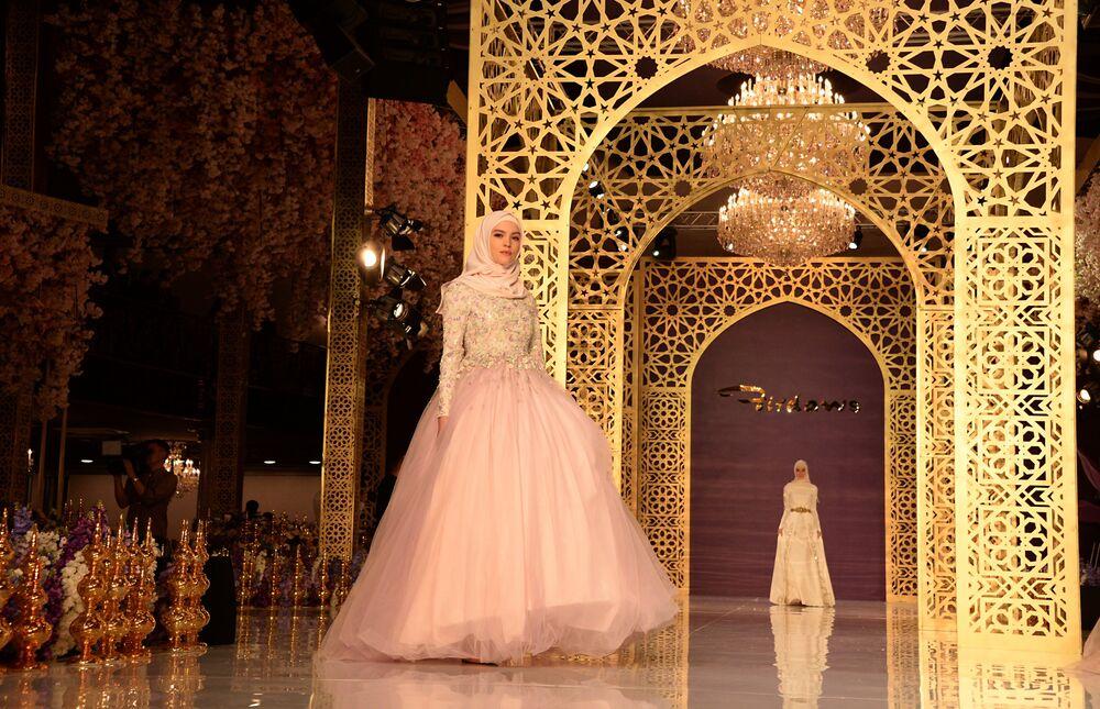 Suknie wieczorowe z kolekcji Aiszat Kadyrowej zostały wykonane z aksamitu, tiulu, jedwabiu i francuskiej koronki, a także ozdobione kamieniami półszlachetnymi.