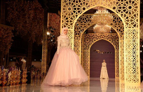 Suknie wieczorowe z kolekcji Aiszat Kadyrowej zostały wykonane z aksamitu, tiulu, jedwabiu i francuskiej koronki, a także ozdobione kamieniami półszlachetnymi. - Sputnik Polska
