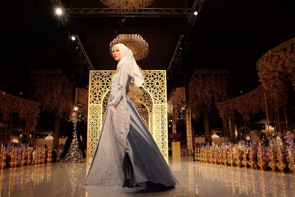 Według słów Aiszat Kadyrowej, pomysł stworzenia takich ubiorów przyszedł jej do głowy po przeanalizowaniu czeczeńskich strojów narodowych.