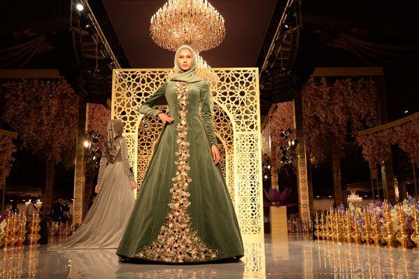 Dom mody Firdaws został założony przez małżonkę lidera Czeczenii Medni Kadyrową w 2009 roku, a w zeszłym roku Kadyrowa przekazała zarządzanie Firdaws swojej córce Aiszat. - Sputnik Polska