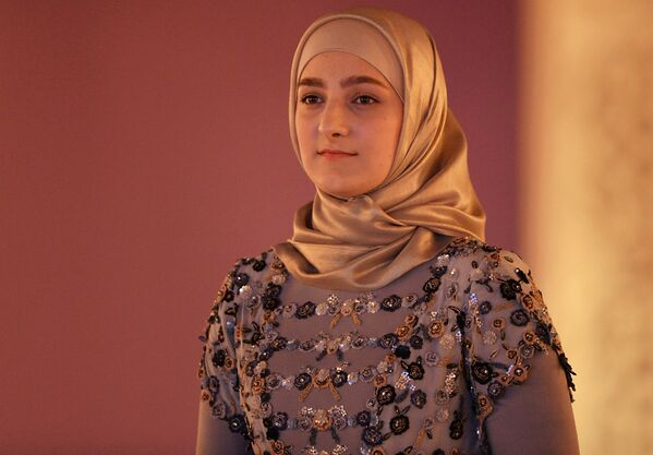 Aiszat Kadyrowa, która bez względu na swój młody wiek już jest dyrektorką domu mody Firdaws, zaprezentowała w Groznym swoją pierwszą kolekcję żeńskiej mody. - Sputnik Polska