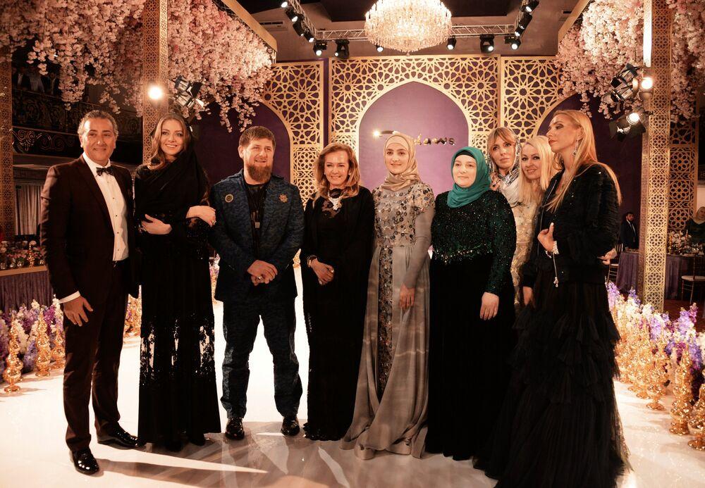 Aiszat Kadyrowa, jej ojciec Ramzan Kadyrow oraz matka Medni Kadyrow z rosyjskimi znakomitościami – gośćmi pokazu.