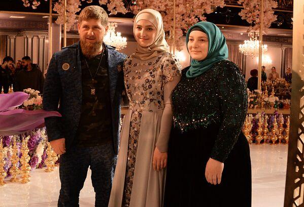 Aiszat Kadyrowa, jej ojciec Ramzan Kadyrow oraz matka Medni Kadyrow. - Sputnik Polska