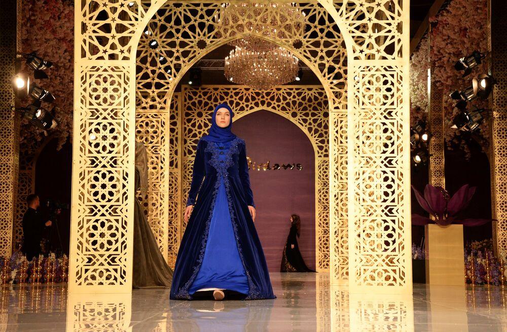 Modelka demonstruje odzież z kolekcji głównej projektantki domu mody Firdaws Aiszat Kadyrowej w Groznym.