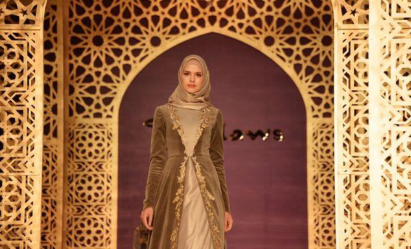 Modelka demonstruje odzież z kolekcji głównej projektantki domu mody Firdaws Aiszat Kadyrowej w Groznym. - Sputnik Polska