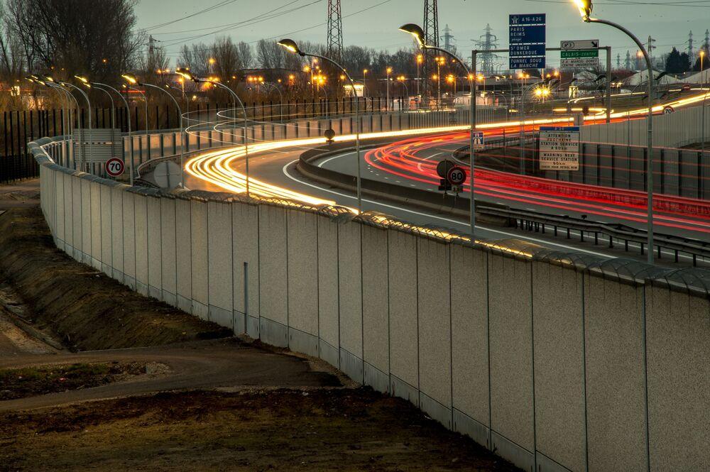 Mur we francuskim mieście Calais na granicy z Wielką Brytanią