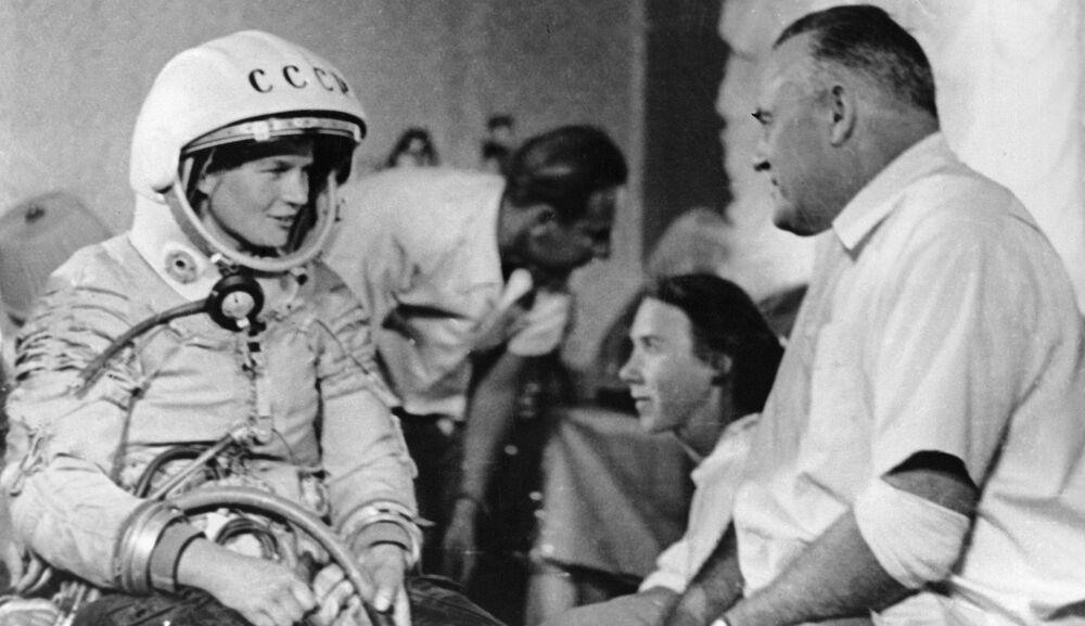 """Walentina Tierieszkowa przed lotem w kosmos i """"ojciec"""" radzieckiej kosmonautyki Siergiej Korolow."""