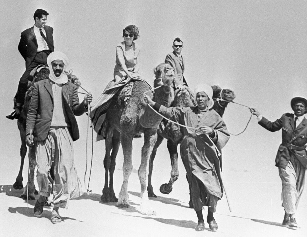 Walentina Tierieszkowa z mężem, też kosmonautą, Andrijanem Nikołajewem na Saharze podczas podróży do Algierii w 1965 roku.