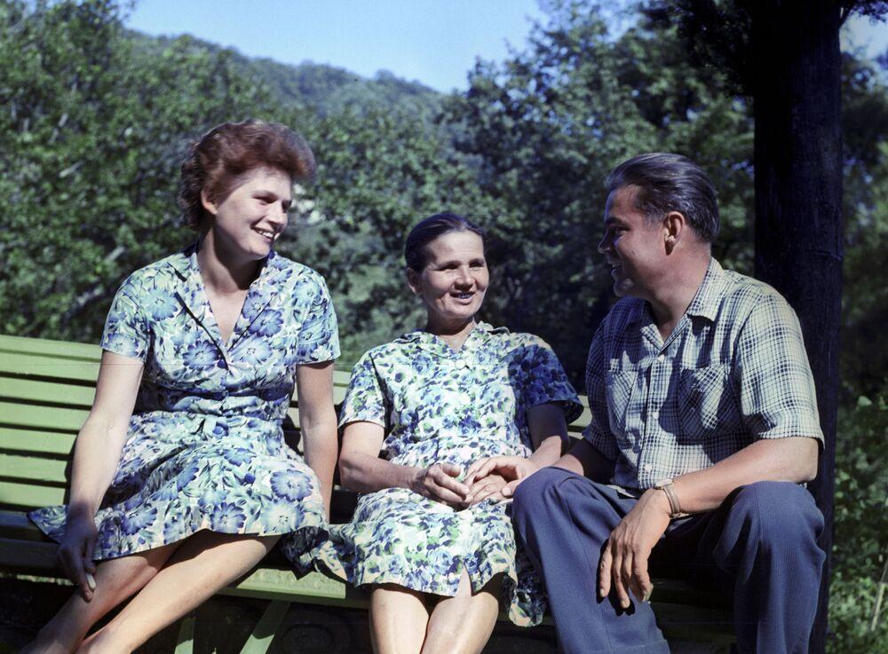 Walentina Tierieszkowa z mężem Andrijanem Nikołajewem i matka podczas urlopu na Kaukazie.