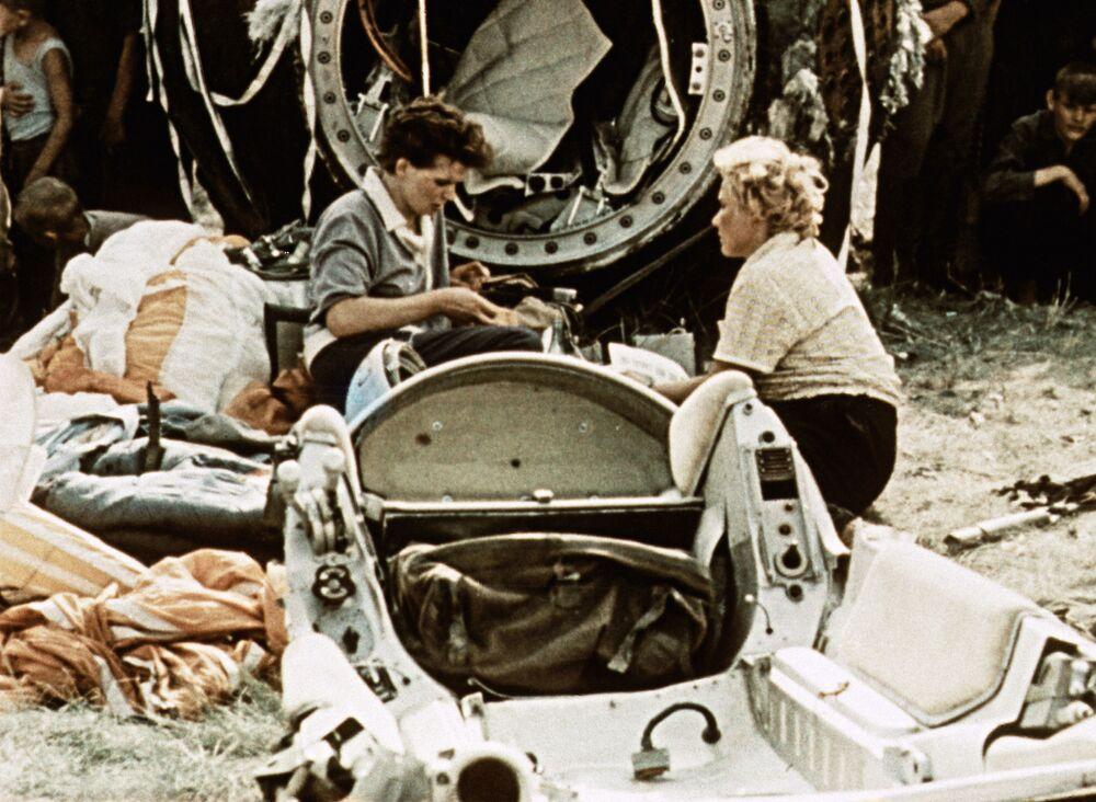 """Pierwszy lot w kosmos Tierieszkowej odbył się 16-19 czerwca 1963 roku. Dowodziła statkiem Wostok-6 z hasłem wywoławczym """"Mewa"""". Z kolei kosmonauta Walerij Bykowski pilotował statek Wostok-5."""