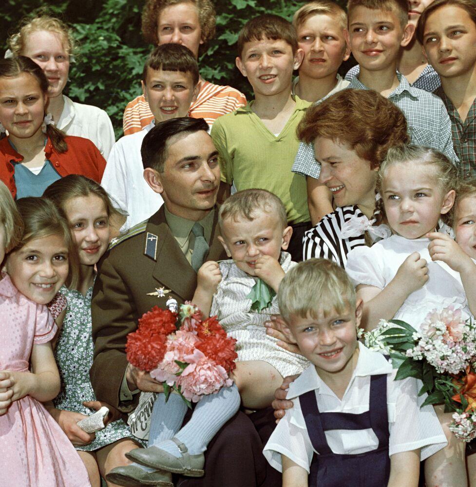 Kosmonauci Walentina Tierieszkowa i Walerij Bykowski wśród dzieci po powrocie na Ziemię.