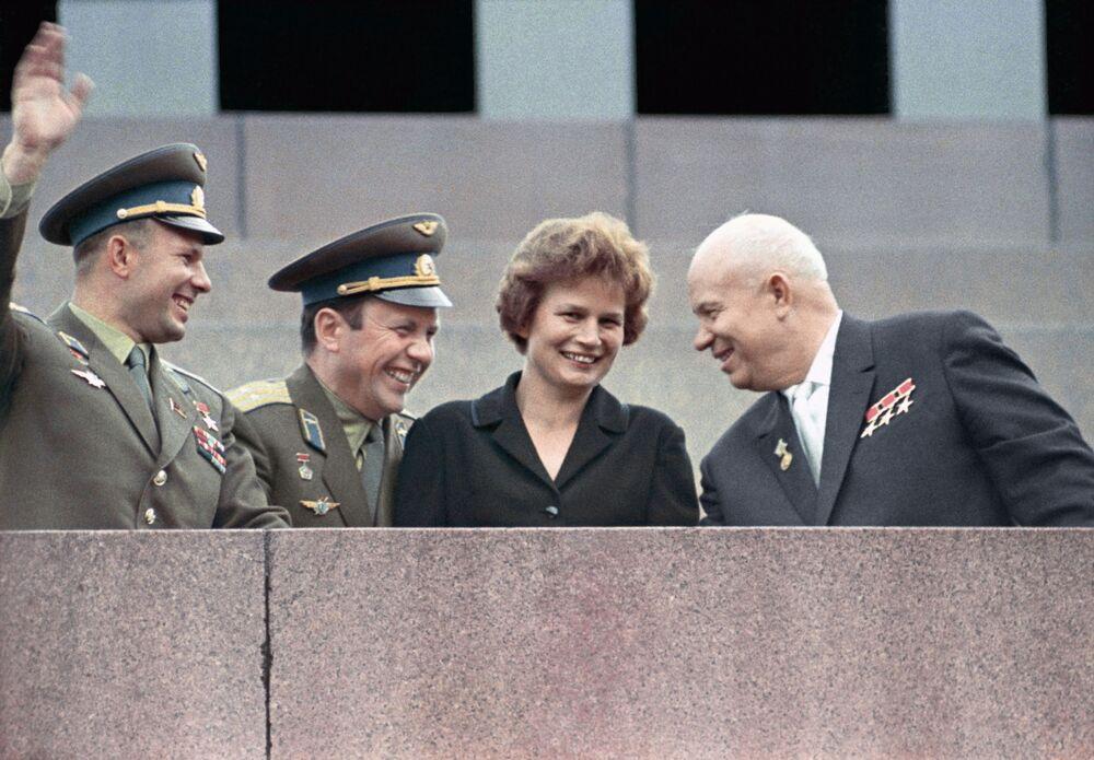 Nikita Chruszczow, Jurij Gagarin, Paweł Popowicz i Walentina Tierieszkowa na uroczystym spotkaniu kosmonautów.