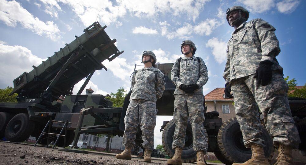 Amerykańscy żołnierze na tle rakiet Patriot w Mrągowie