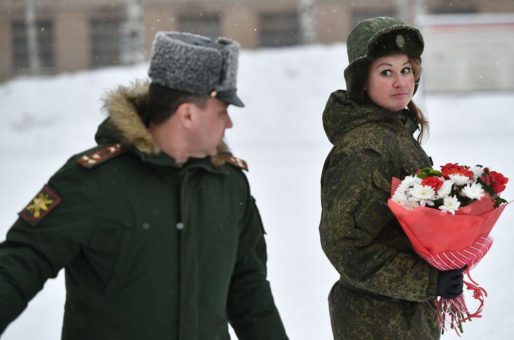 Uczestniczki po zakończeniu konkursu piękności i umiejętności zawodowych Makijaż wojskowy wśród kobiet pełniących służbę w Wojskach Rakietowych Przeznaczenia Strategicznego w obwodzie jarosławskim.