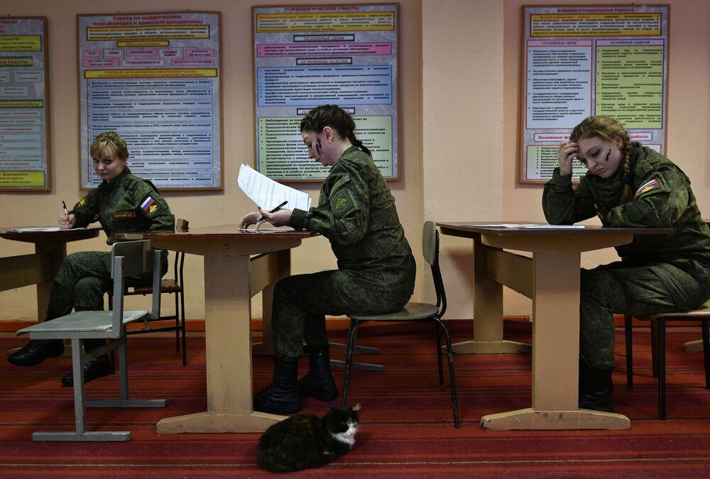 Uczestniczki przed rozpoczęciem konkursu piękności i umiejętności zawodowych Makijaż wojskowy wśród kobiet pełniących służbę w Wojskach Rakietowych Przeznaczenia Strategicznego w obwodzie jarosławskim.