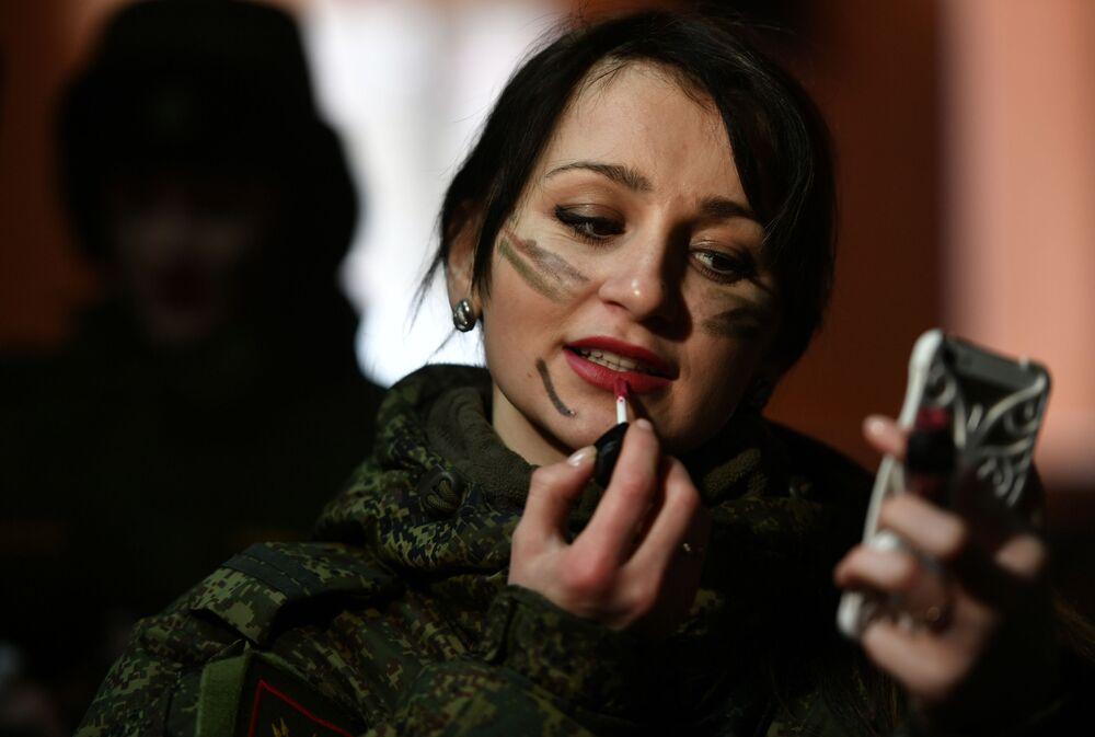 Uczestniczka przed rozpoczęciem konkursu piękności i umiejętności zawodowych Makijaż wojskowy wśród kobiet pełniących służbę w Wojskach Rakietowych Przeznaczenia Strategicznego w obwodzie jarosławskim.