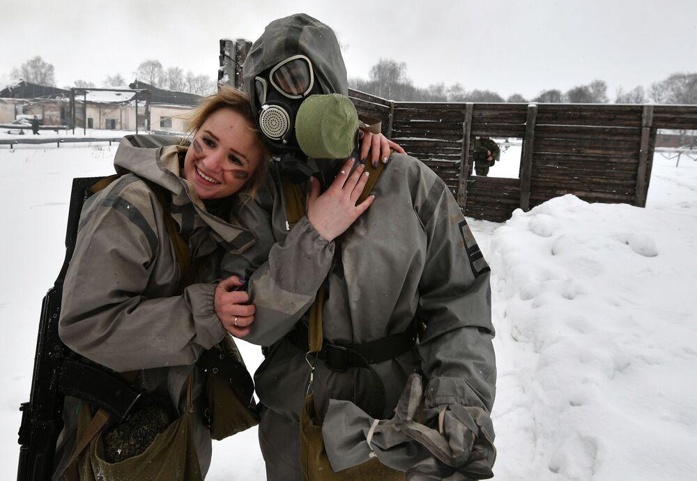 Uczestniczki po pokonaniu toru przeszkód podczas konkursu piękności i umiejętności zawodowych Makijaż wojskowy wśród kobiet pełniących służbę w Wojskach Rakietowych Przeznaczenia Strategicznego w obwodzie jarosławskim.