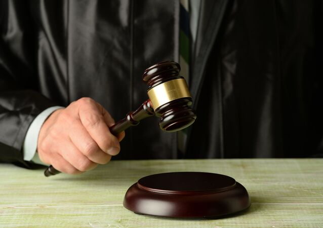 Młotek w rękach sędziego