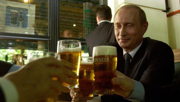 Putin w knajpie pije piwo - Sputnik Polska