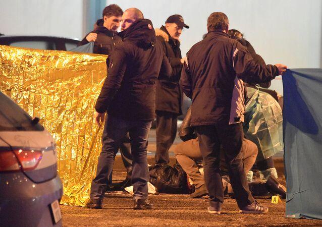 Włoska policja przy ciele zastrzelonego terrorysty Anisa Amri w Mediolanie