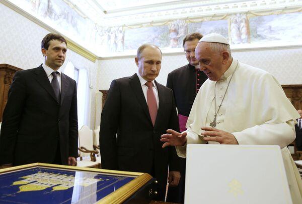 Papież Franciszek wymienia prezenty z prezydentem Rosji Władimirem Putinem (w środku) z okazji prywatnej audiencji w Watykanie, 10 czerwca 2015 roku. - Sputnik Polska