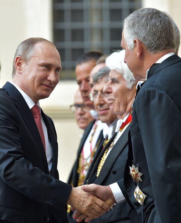 Prezydent Rosji Władimir Putin wita urzędników w Watykanie - Sputnik Polska