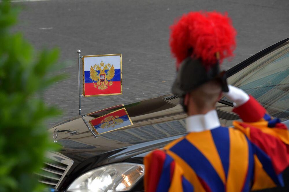 Gwardia Szwajcarska eskortuje limuzynę prezydenta Rosji Władimira Putina po prywatnej audiencji u papieża Franciszka 10 czerwca 2015 roku.