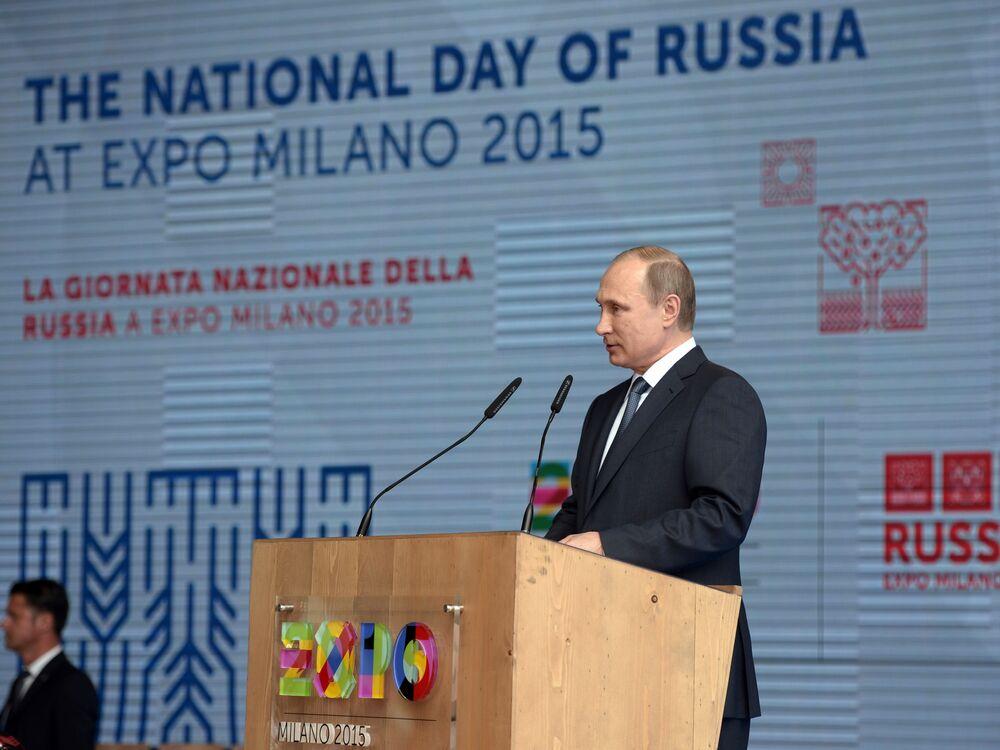 """Prezydent Rosji Władimir Putin przemawia podczas otwarcia Narodowego Dnia Rosji na wystawie """"EXPO 2015"""" w Mediolanie, 10 czerwca 2015."""