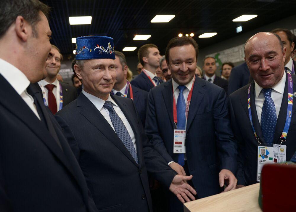 """Prezydent Rosji Władimir Putin i premier Włoch Matteo Renzi (z lewej strony) w trakcie oglądania wystawy Tatarstanu w rosyjskim pawilonie na wystawie """"EXPO 2015"""" w Mediolanie, 10 czerwca 2015."""